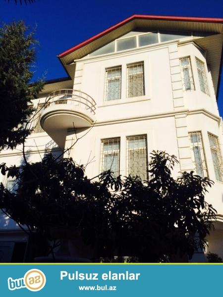 Очень срочно !  В Самом элитном районе  Разина за домом торжеств * Баду Кюбе * в 50-ти метрах от трассы продаётся 3-х этажная с мансардой 6-ю комнатами вилла расположенная на 6 сотках приватизированного земельного участка...