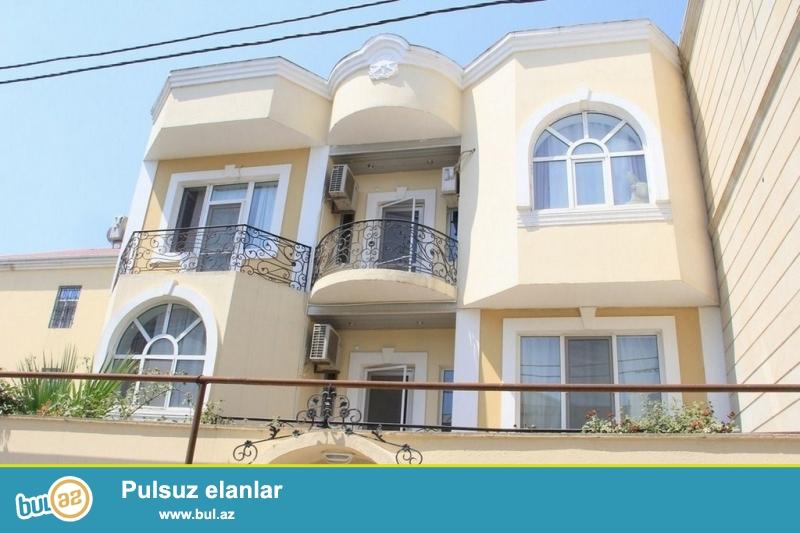 Очень срочно! Вблизи проспекта  Ататюрк ,  неподалёку от м/с  Генджлик ! Продаётся 4-х этажный особняк с  мини мансардой и  с круговой верандой , расположенный  на  3...