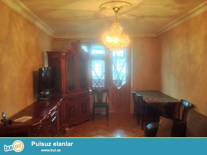 Срочно!  Сдаётся в аренду на долгий срок 3-х комнатная квартира старого строения,  4/5,  расположенная на проспекте Гейдара Алиева в здании дома мебели *КРАЛ*...