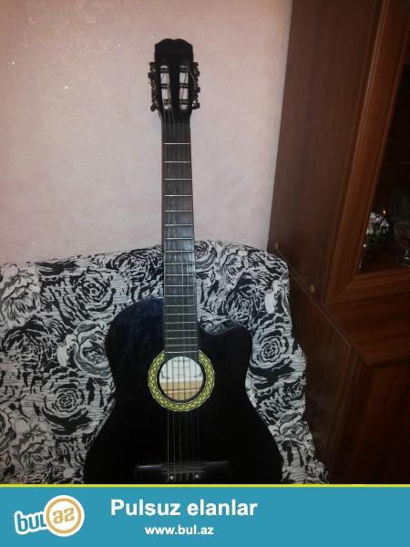 7 ayın gitarasıdı markası Rodriguez ispan gitarasıdı cızıxları var səsində prablem yoxdu ve ekvalazerindədə prablem yoxdu usilitelə qoşulanda səsində prablem olmur...