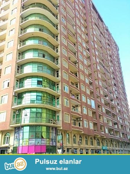 Очень срочно! В элитном комплексе *РЕАЛ МТК* рядом с Хасан Хидмет продается 2-х комнатная квартира  нового строения 14/20, площадью 82 квадрат, Квартира  без ремонта ,с красивой панорамой , средний блок...