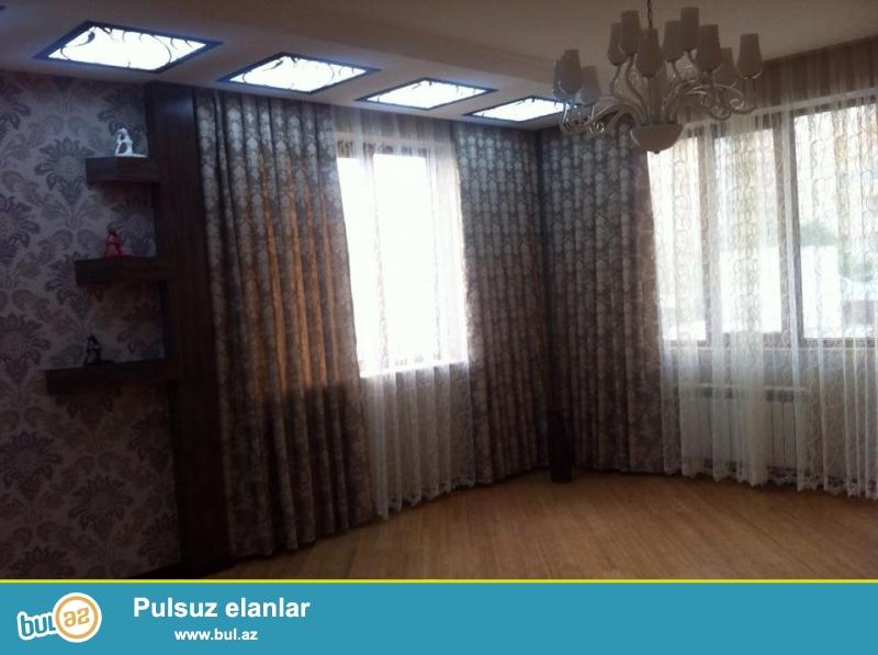 На пр. Тбилиси, над магазином Meqa store, по улице Г. Алиева (Инглаб),  в элитном, полностью засёленном комплексе с Газом продается 3-х комнатная квартира, 16/2, общая площадь 140 кв...