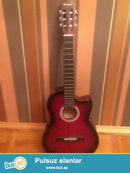 Gitara satilir. Rodriguez. Calinmayib, yalniz dekor kimi istifade olunub...
