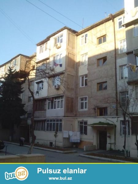 Продается 2-х комнатная квартира, по проспекту Азадлыг, около Насиминского базара, 2/5 этажного здания, проект хрущевка, с отличным ремонтом (после ремонта не жили), полы паркет, санузел совмещен, встроенная кухонная мебель, с гаражом...