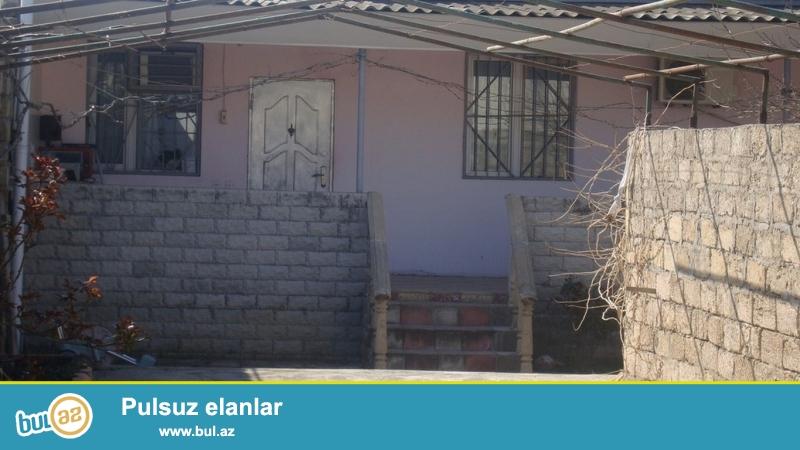 Для очень солидных клиентов! В поселке  Бузовна   рядом  с  Мечетью, недалеко от моря  продается 1-но этажный, площадью 100 квадрат, 3-х комнатный частный дом , расположенный на 10-ти  сотках земли...