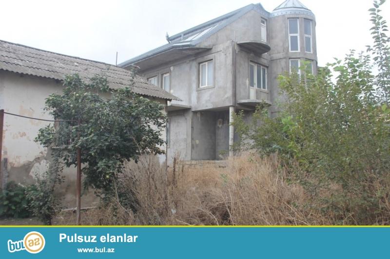 Очень срочно !  В Самом элитном районе  Разина рядом с АСАН ХИДМЕТ в 200-т метрах от трассы продаются 2-а дома расположенных в одном дворе на 16-ти сотках приватизированном земельном участке...