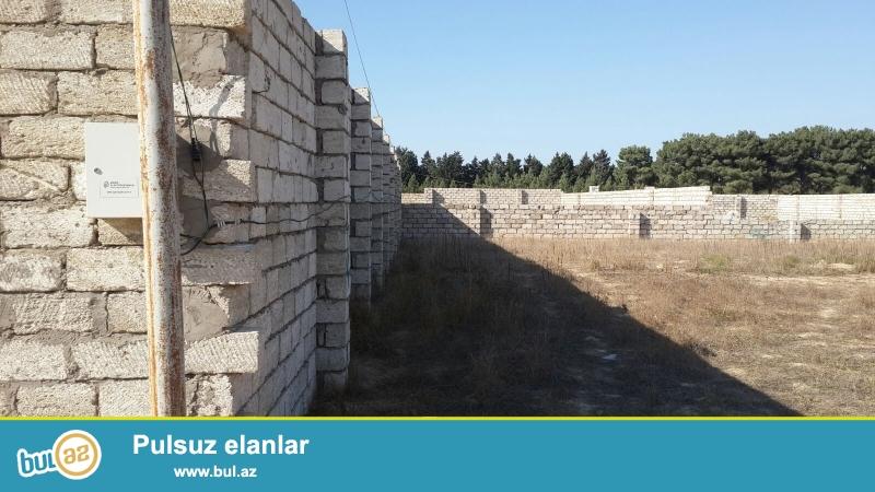 4 terefide yaşayiş evləri, həyet 3 metr hunduruyunde hasar çəkilib, darvaza və qapi yeri qoyulub...