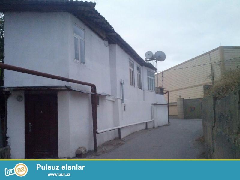 Tecili olaraq azadliq metrosu yaxinliginda 2mertebeli ev satilir...