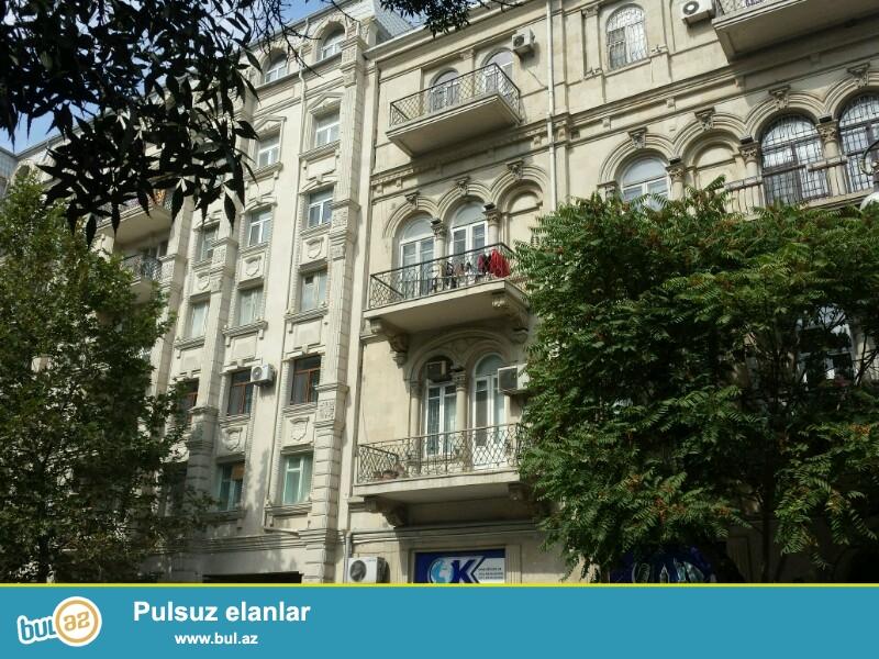 Uzeir Hacibeyov kucesinde, AzerPoct-la uzbeuz olan binada<br />  3 otaqli ofis ucun <br /> nezerde tutulmush menzil kiraye verilir...