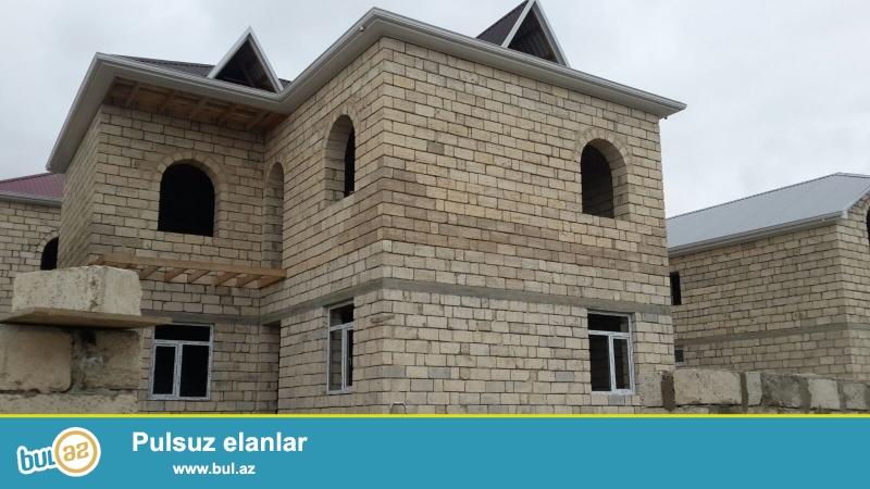 Avtovağzaldan  15  dəqiqəlik,  Masazır dairəsinə yaxın,  169 nömrəli marşrut yolunda, dayanacaqa 5 dəqiqəlik  piyada yol, 2 mərtəbəli  mansardlı  230  kv yeni tikili  ev ...