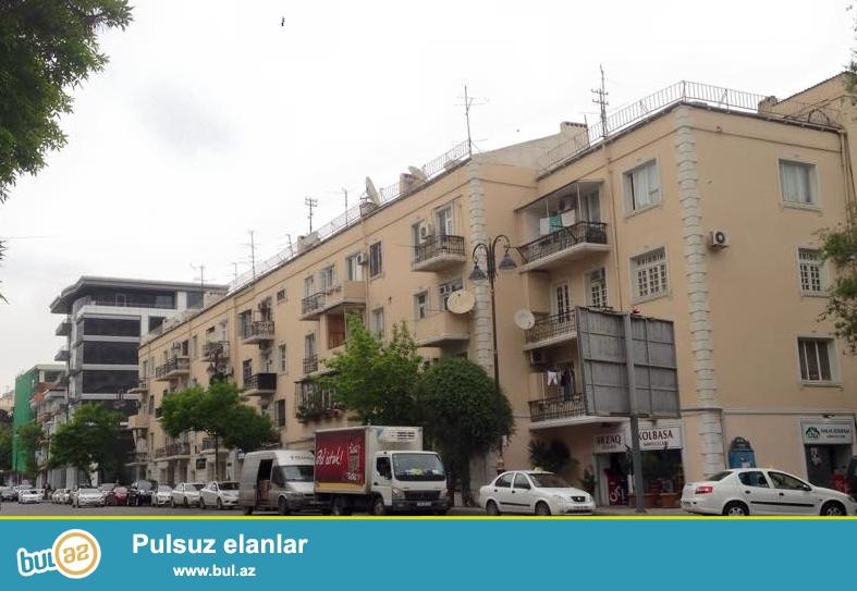 В центре проспекта Азадлыг, около к/т «Дружба» и «Коала Парк» срочно продаётся просторная и светлая 2-х комнатная квартира, 2-й этаж, общей площадью 75 кв...