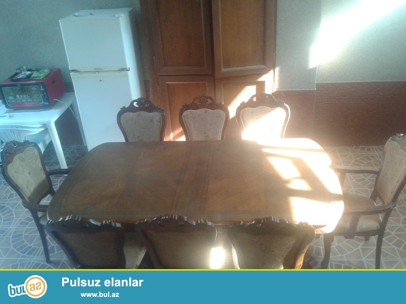 Klassik (karalevski) üslubda 8 stul və stoldan ibarət qonaq ve ya yemək otağı üçün stol desti...