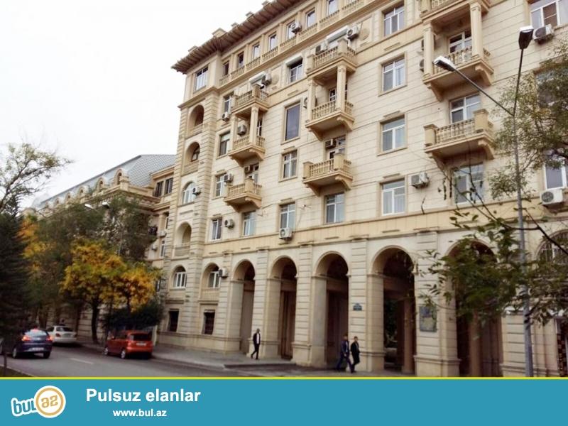 В экологически-благоприятном переулке центра Баку по проспекту Азадлыг, напротив парка «Дядя Горгуд» в элитном «Доме Грудного» продаётся расширенная 3-х комнатная квартира переделенная из 2-х комнатной, общая площадь 80 кв...