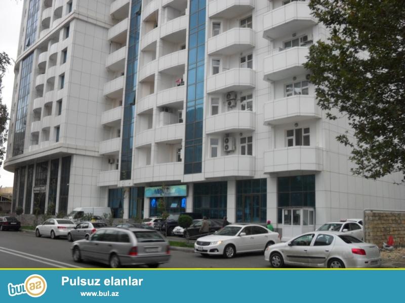 Təcili.<br /> «Elmlər Akademiyası» metrosunun yaxınlığında, «Yasamal Parkı» və «Lider» t/k yanında «Gilan İnşaat» tərəfindən istifadəyə verilmiş «Qoşa Park» yaşayış kompleksində 2 otaqlı, ümumi sahəsi 88 kv...