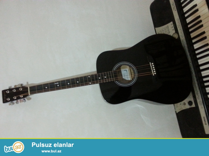 Gitara islenmeyib 20 gunun gitarasıdır.Tep-teze veziyyetdedir cuxolu ve mizrablar uzerinde hediyye verilir .