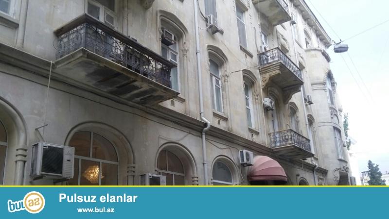 Продается 3-х комнатная квартира, по улице 28 мая, около к/т Низами, 2/5 архитектурного здания, общая площадь 150 кв...