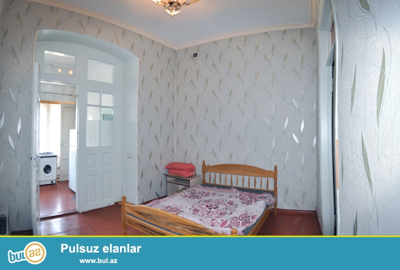 Dəyərindən aşağı. Stansı Razində, Bakı fəhlə zavodunun  yaxınlığında, yolun kənarında ,Qupcalı,Alman proyektli,hündür tavanlı (4m) ,havali ,orta təmirli, 65 kvm olan iki otaqli ev satılır...