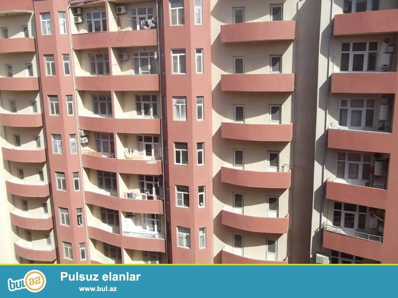 Срочно.<br /> <br /> В престижном Хатаинском районе по проспекту Ходжалы, около метро станции «Хатаи» в полностью заселенном комплексе продаётся 1 переделанная в 2-х комнатную квартира, общ...