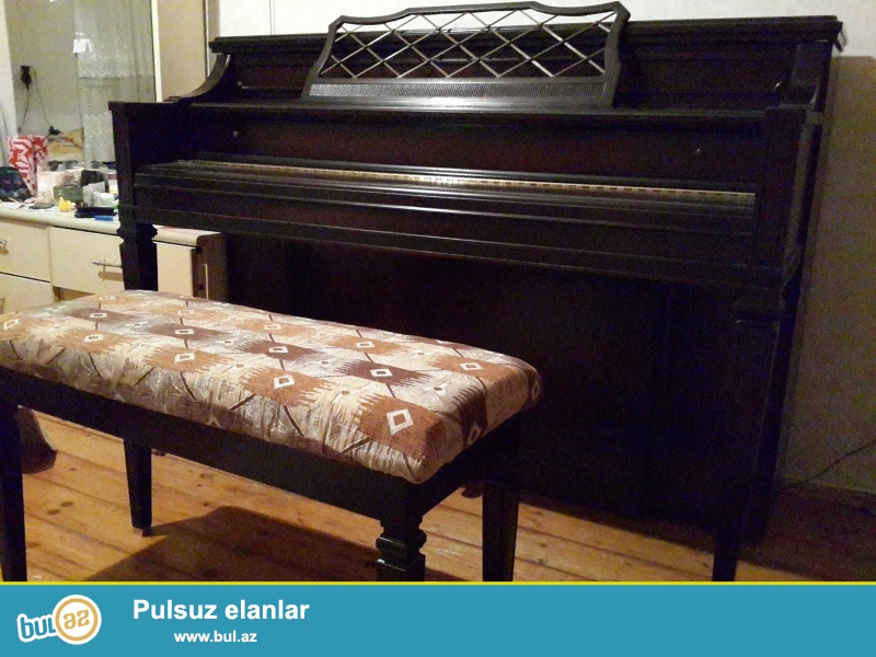 3 pedalli amerika pianinosu supr veziyyetde  stuiu ile bir yerde   ...