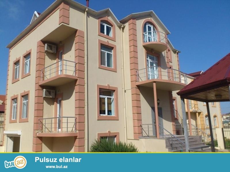 Очень срочно! В первом жилом массиве Бадамдар  рядом с д/т  *Гелин Гая* ,  продаются   два  4-х этажных  ,7 комнатных  вилл,  площадь каждой по 750 квадрат расположенных  на  10 сотках...