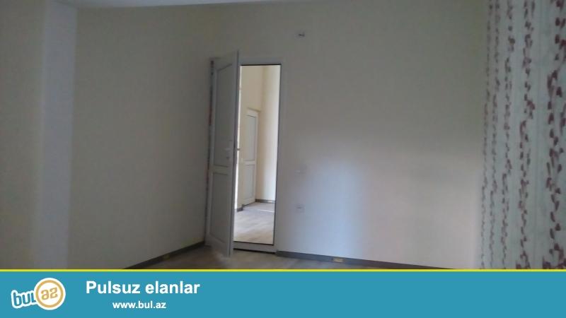 Очень срочно!!!В 10-ти мин от метро Иншаатчылар в полностью заселённой новостройке продаётся 1 комнатная квартира,переделанная в 2-х комнатную 12/12(мансарда),со средним  ремонтом,площадью 52 кв...