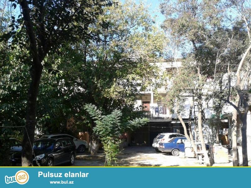 На пр. Азадлыг, напротив военной прокуратурой, «итальянский проект», каменный дом, 3/3, общая площадь 40 кв...