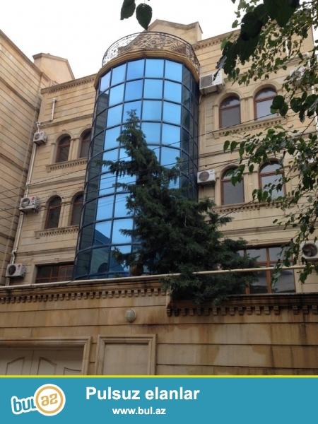 Очень срочно сдаётся в аренду на долгий срок 3-х этажный ,10-и комнатный особняк расположенный на проспекте Теймура Алиева ...