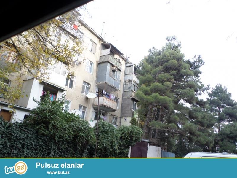 metro inşaatçıların yanında 5 mərtəbəli binanın 2-ci mərtəbəsində orta təmirli ailə üçün boş ev kirayə verilir.