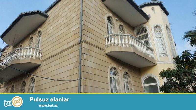 Очень срочно! Рядом с проспектом Ататурка за  БАНК ОФ БАКУ   не далеко  м/с Генджлик  , продается  3-х этажная ,6-и комнатная вилла , площадью 800 квадрат, расположенная на 7...
