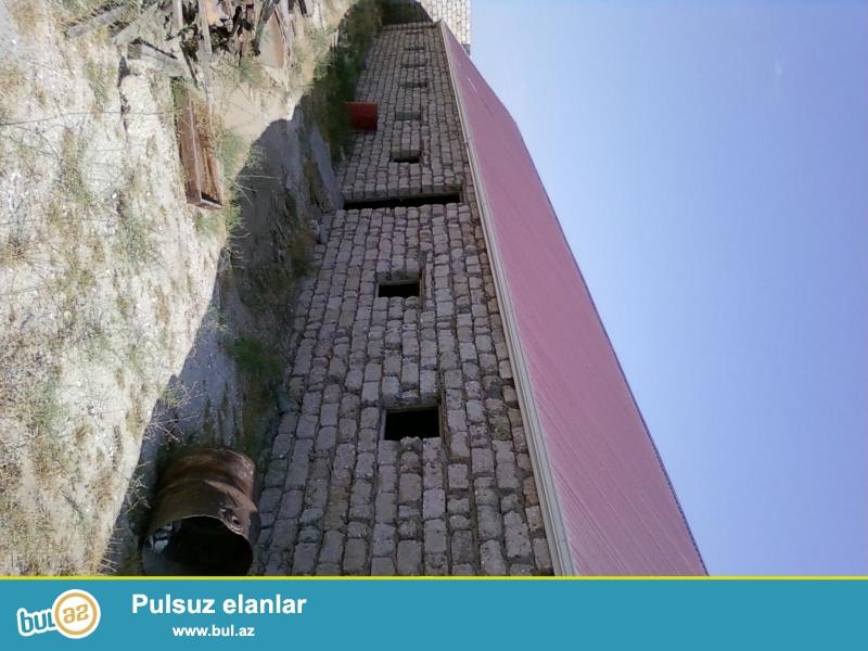 Suvelandan Qalaya geden 4 yolda zapravkaya catmamis yolun solunda 12 sot torpaq sahesinde 600 kv a yaxin izolyasiyali ve cornikatli dam ortuylu, beton dosemeli obyekt icareye verilir...