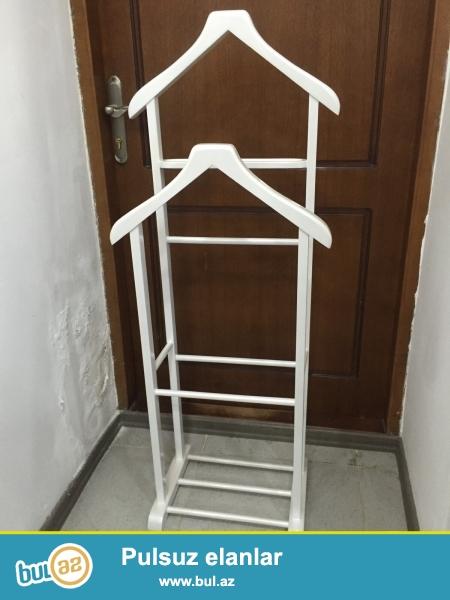 Paltar asmaq üçün yerdən qoyulan asılqan, istənilən rəng seçimi mümkündür.