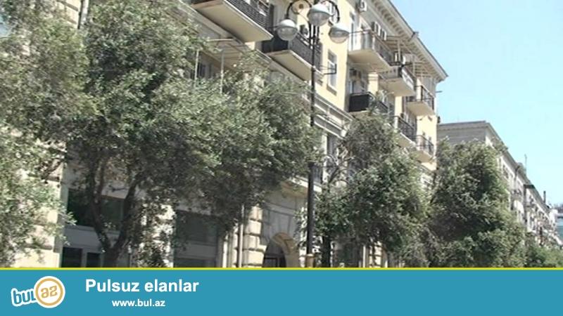Сдается 2-х комнатная квартира в центре города, в Сабаильском районе, по проспекту Нефтяников 127, рядом с Бульваром...