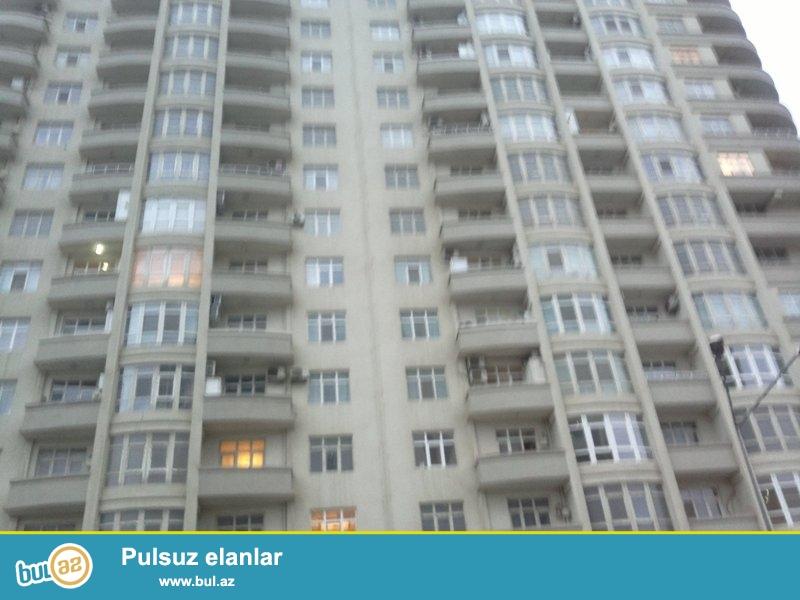В районе Ясамал, около к/т Гелебе, в заселенном комплексе сдается 2-х комнатная квартира, 17/12, общая площадь 50 кв...