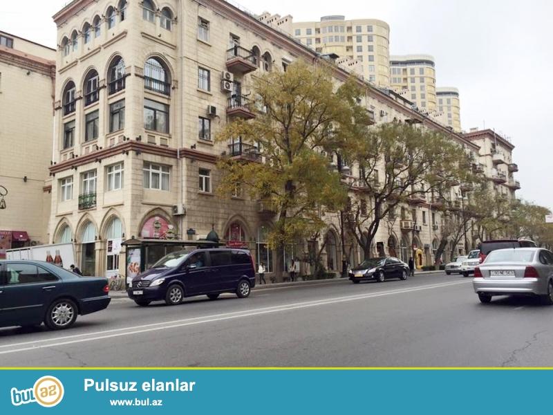 Эксклюзивная продажа.<br /> <br /> В престижной части города на проспекте Строителей около круга «ЦСУ», над магазином «AZZA» в элитном доме «Большой Двор» продаётся 5-и комнатная квартира, проект «сталинка», 3-й этаж, объединили 2 квартиры на одной площади (3+2), общая площадь 120 кв...