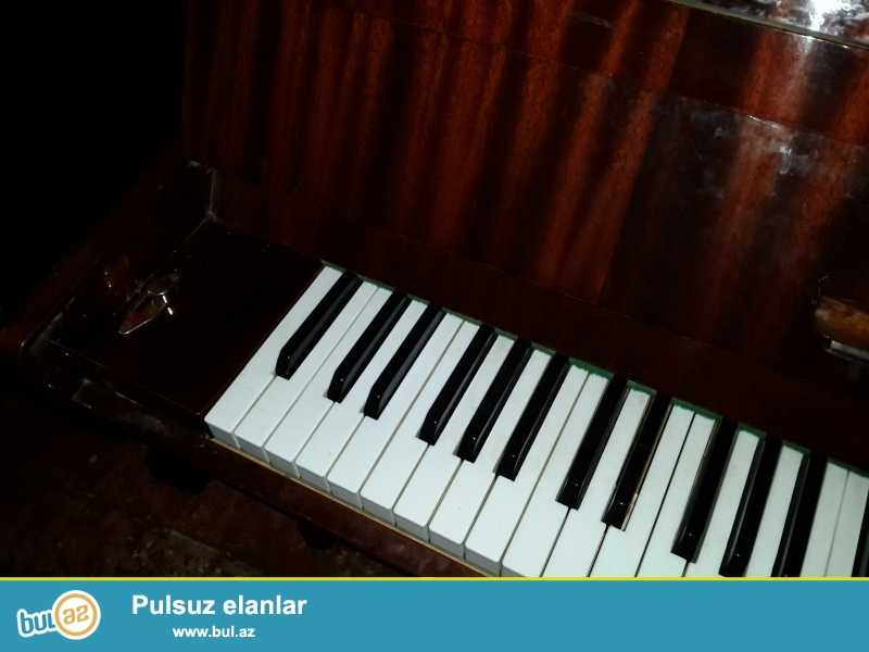 2 pedalli qehveyi  rengli rostov don pianinosu ela veziyyetdedir koklenib  catdirilma