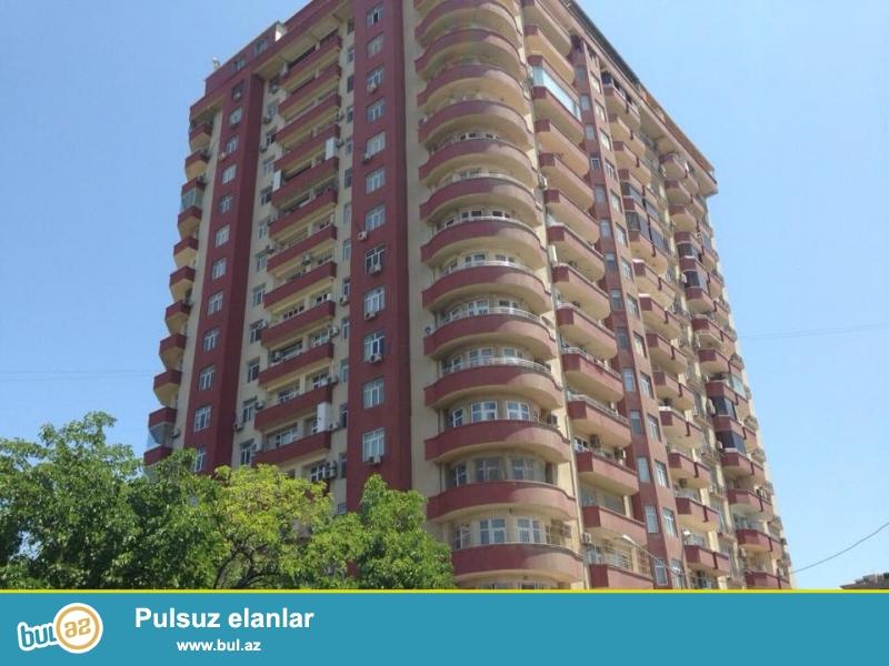 В районе Ясамал, около к/т Гелебе, в заселенном комплексе сдается 3-х комнатная квартира, 15/14, общая площадь 85 кв...