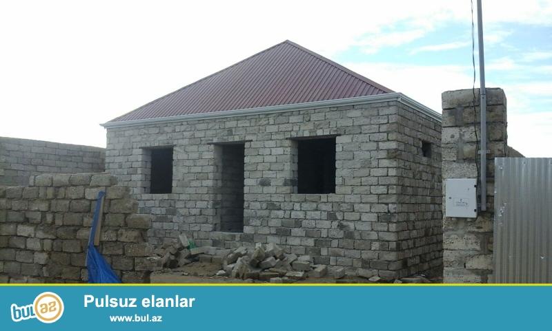 Maştağa Buzovna yolunun üsdündə əsas yoldan 50 metr məsafədə 3 sot torpaq sahəsində yerdən 6 daş kürsüdə 3 otaqlı ev satılır...