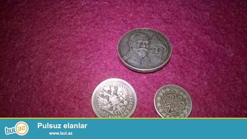 Şəkildə olanlar qedmi gümüş pullardı.Gümüş pullardan biri qedmi gümüş manatlıq,biri gümüş əlli qəpiklik, biri isə iyirmi qepiklikdir...