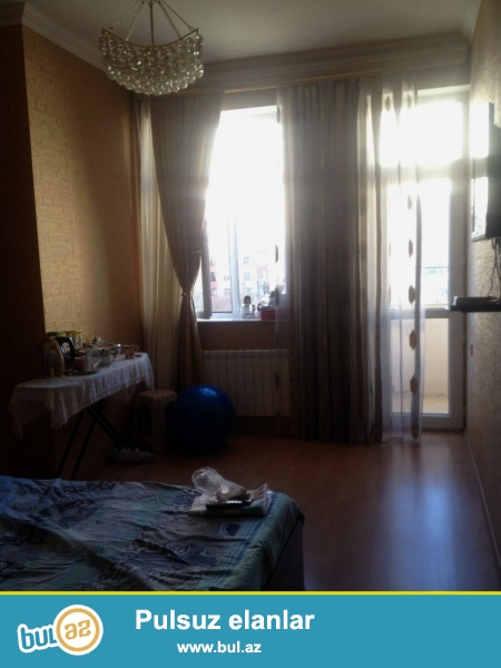 В Ени Ясамале, напротив Бизим маркета  в элитной заселённой новостройке  продаётся 1 переделанная в 2-х комнатную квартира общей площадью 62 кв...