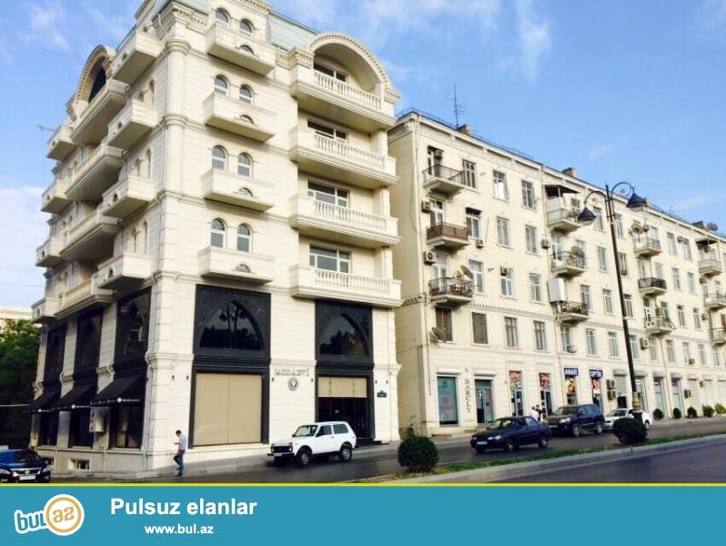 В экологически-благоприятном переулке центра Баку около «Медицинского Университета» в каменном монолитном доме срочно продаётся 3-х комнатная квартира, «классическая сталинка», 5/4, общая площадь квартиры 82 кв...