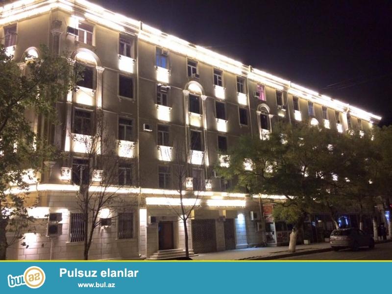Срочно.<br /> В престижном уголке столицы на проспекте Строителей около парка «Гусейн Джавида» продаётся переделенная 3-х комнатная квартира с расширением (12 кв...