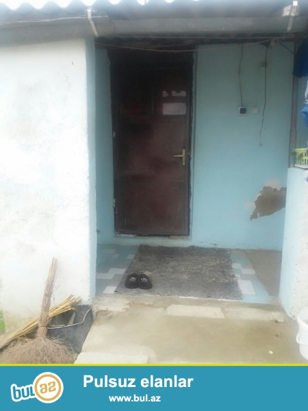 <br /> 9 sotun içinde evde var evin temiri orta temirlidi 5 otaq 1 kuxna hamami tualeti evin içindedir suyu qazi işği damidir...