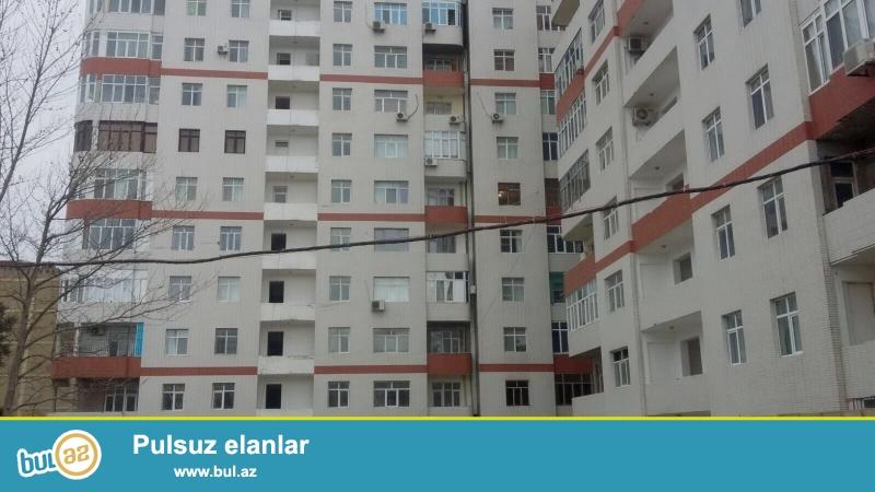 В пос. Ени Ясамал, недалеко от дома торжеств « Гисмет» в элитной заселённой новостройке  продаётся  1 переделанная в 2-х комнатную квартира...