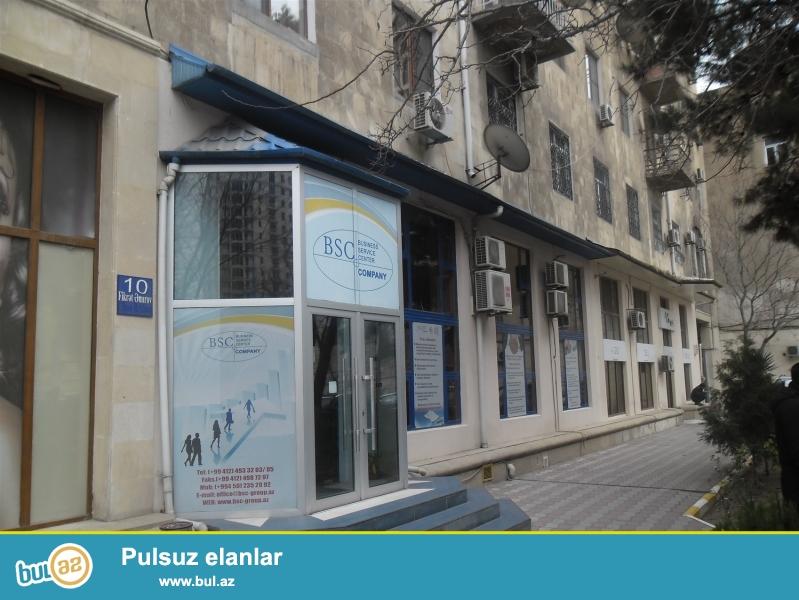 Seherin merkezinde,28 may metrosunun yaxinliginda Fikret Emirov kucesinde 5 mertebeli binanin 1-ci mertebesinde sahesi senedele 154 kv...