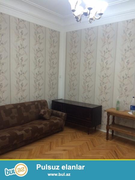 Сдается 2-х комнатная квартира в центре города, в Сабаильском районе,  на улице Истиглалиет, рядом с метро Ичеришехер...
