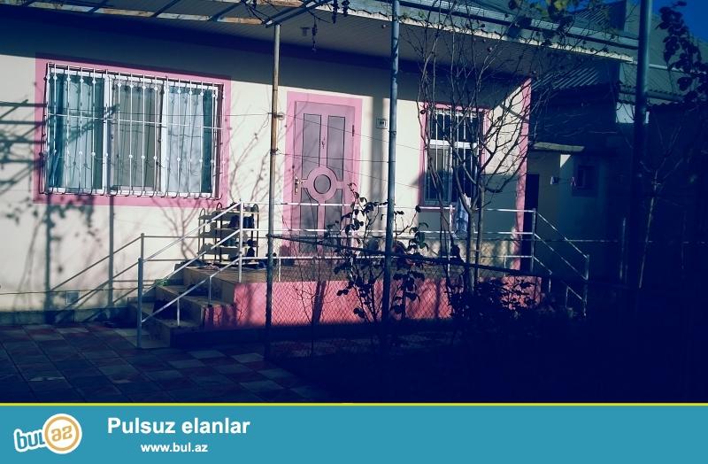 Zabrat 1 qəsəbəsində, Neftayırma zavodunun yaxınlığında, yolun sağ tərəfində 3 sotun içində hər şəraiti olan həyət evi satılır...