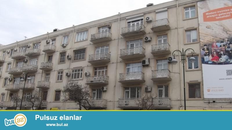 Срочно.<br /> <br /> В центре, на пересечении проспекта Азадлыг и улицы Бакиханова, около к/т «Дружба» сдаётся готовый объект, 1-й этаж 5-и этажного дома, проект «сталинка», с хорошим ремонтом, со всей обстановкой, встр...