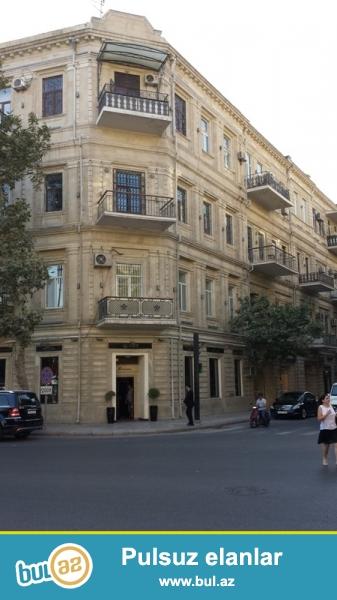 Cдается 3-х комнатная квартира в центре города, в Сабаильском районе, рядом с Музеем Ковров...