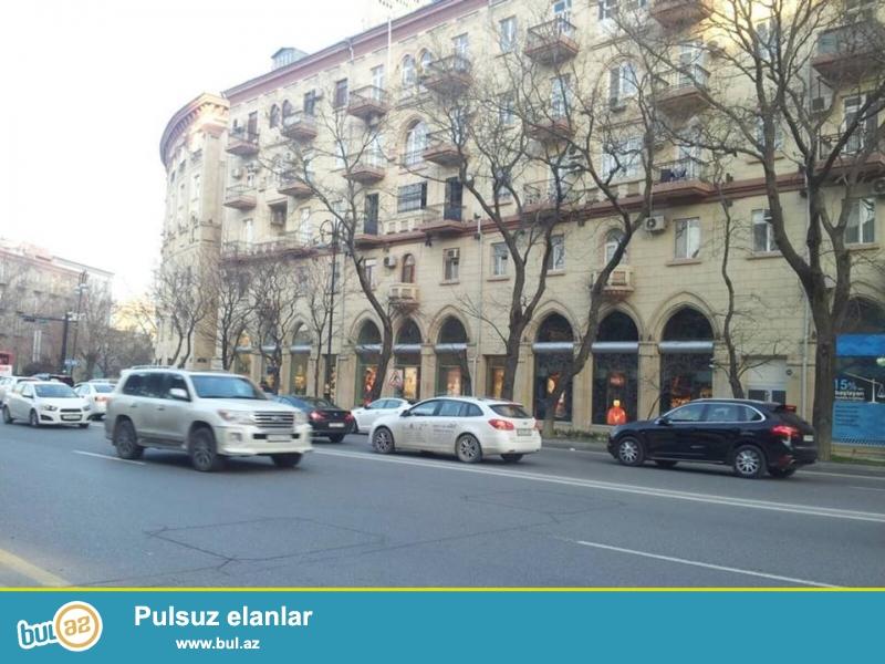 На пр. Строителей, Напротив отеля Hyatt regency,  «сталинка», каменный дом, общая площадь 80 кв...
