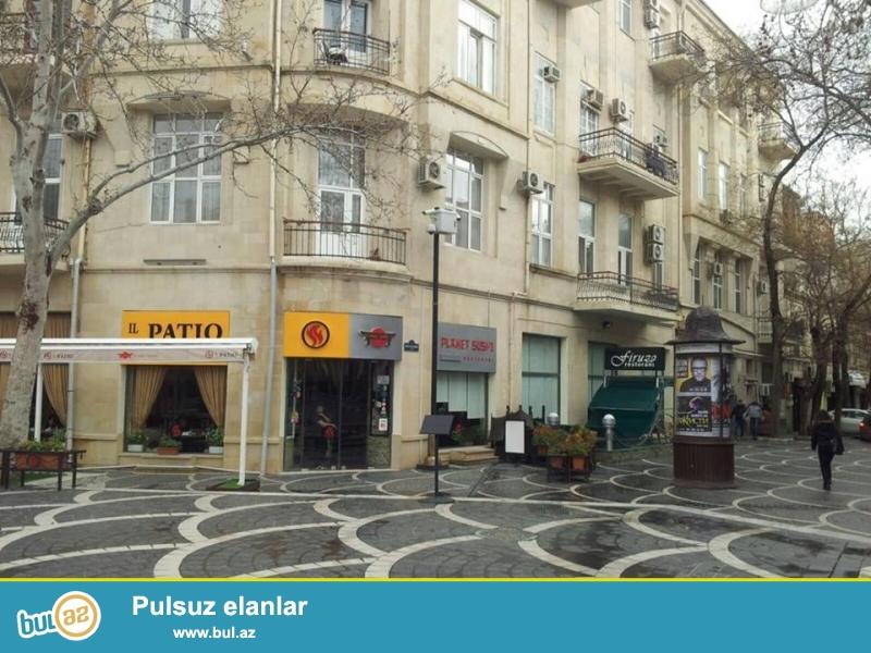 В самом центре города, на площади Фонтанов, архитектурный проект, каменный дом, 4/2, общая площадь 120 кв...